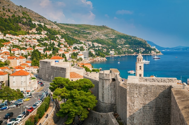Blick auf die küste von dubrovnik von den stadtmauern, süddalmatien, kroatien