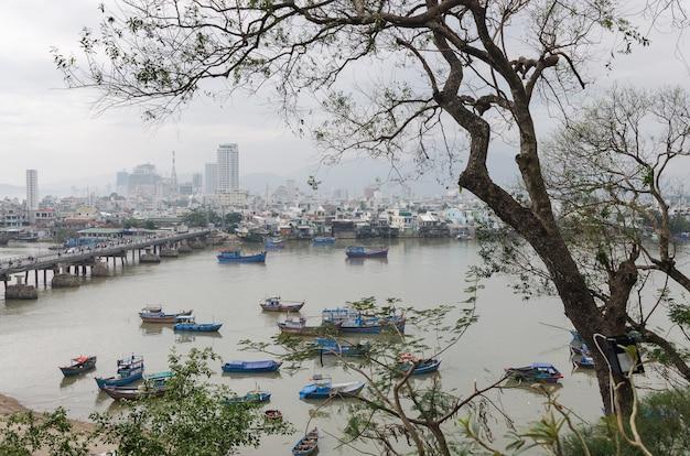 Blick auf die küstenstadt nha trang und die hauptstadt der provinz khanh hoa sowie auf den fluss cai.