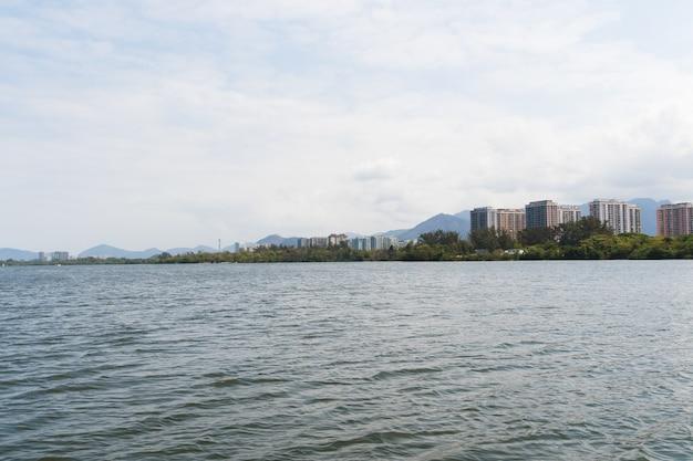 Blick auf die lagune von marapendi mit gebäuden im hintergrund und fähren, die auf passagiere warten