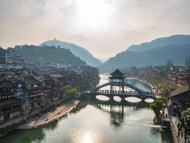 Blick auf die landschaft am morgen der altstadt von fenghuang