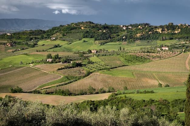 Blick auf die landschaft bei montepulciano bei stürmischen bedingungen
