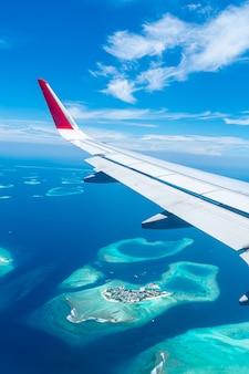 Blick auf die malediven vom flugzeugfenster