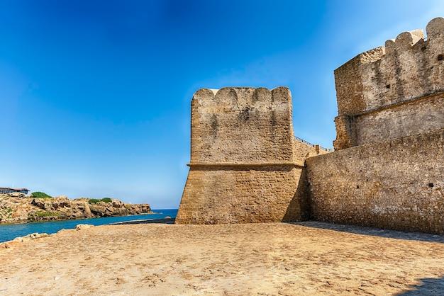 Blick auf die malerische burg aragonese, auch bekannt als le castella, am ionischen meer in der stadt isola di capo rizzuto, italien