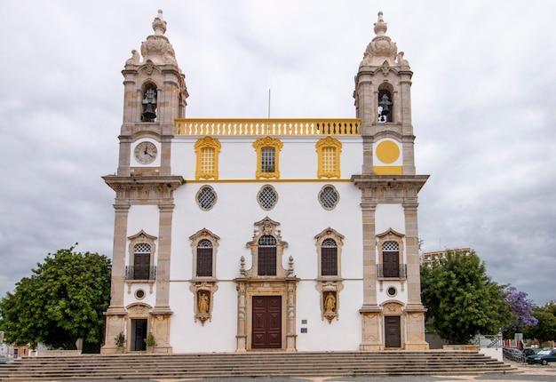 Blick auf die markante kirche von carmo in faro, portugal.