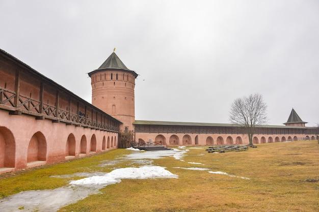 Blick auf die mauern des erlöser-euthymius-klosters