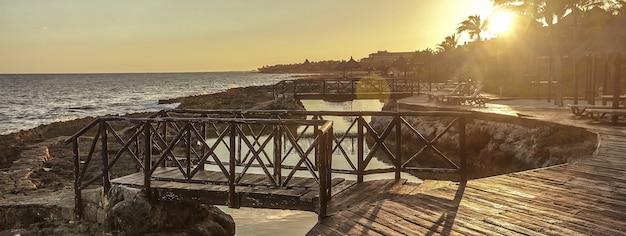 Blick auf die mexikanische küste bei sonnenuntergang, bildbanner mit textfreiraum