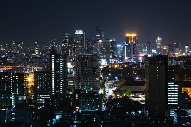 Blick auf die moderne nacht bangkok stadt
