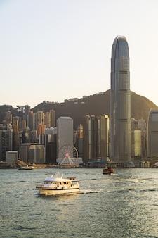Blick auf die moderne stadt hongkong während der goldenen stunde