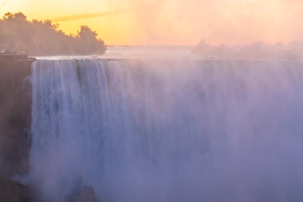 Blick auf die niagarafälle von der kanadischen seite