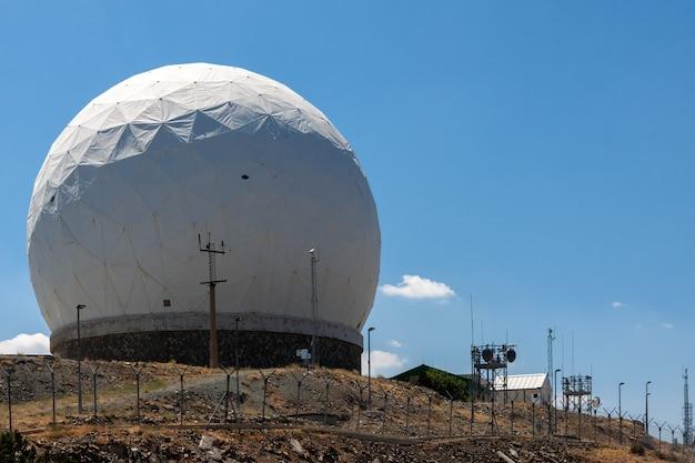 Blick auf die radarstation am berg olympos in zypern