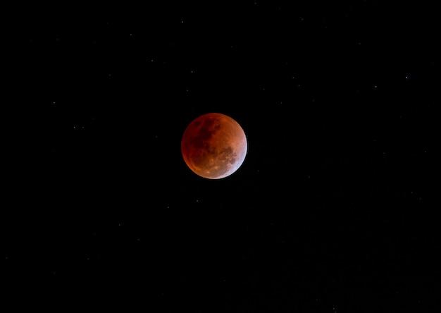 Blick auf die rote sonnenfinsternis des super blood moon