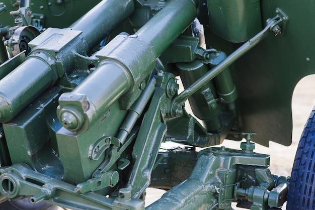 Blick auf die russischen kanonen und haubitzen in einem park. militärmuseum im freien
