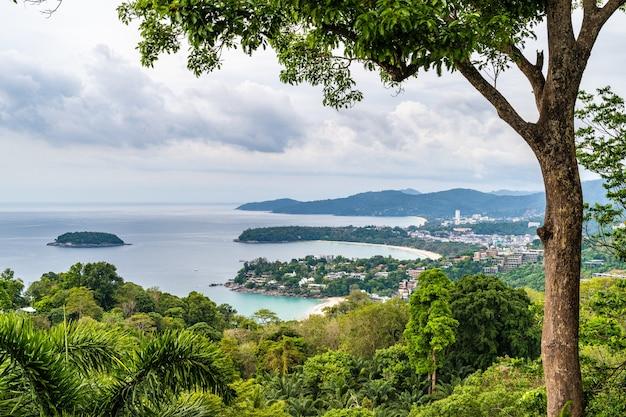 Blick auf die schöne andamanensee und drei buchten am karon viewpoint, phuket, thailand