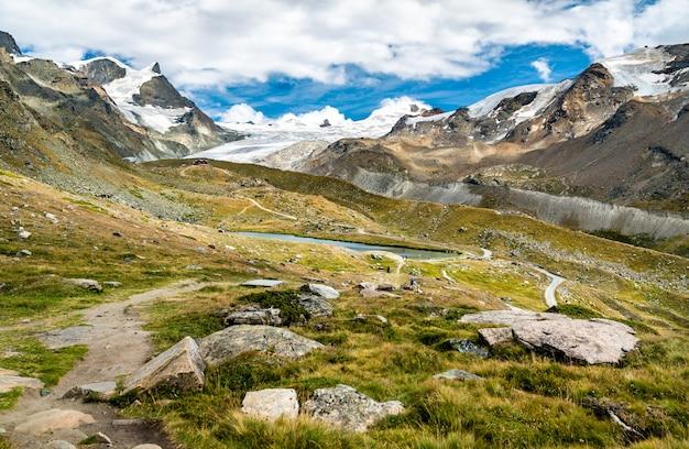 Blick auf die schweizer alpen bei zermatt