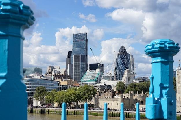 Blick auf die skyline der city of london von der tower bridge