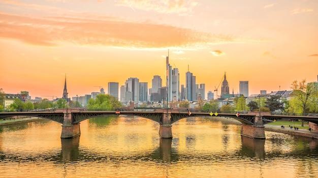 Blick auf die skyline der stadt frankfurt in deutschland in der dämmerung aus der draufsicht