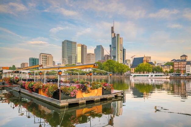 Blick auf die skyline der stadt frankfurt in deutschland mit blauem himmel