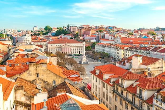 Blick auf die skyline von lissabon, portugal über den rossio-platz vom aufzug santa de justa