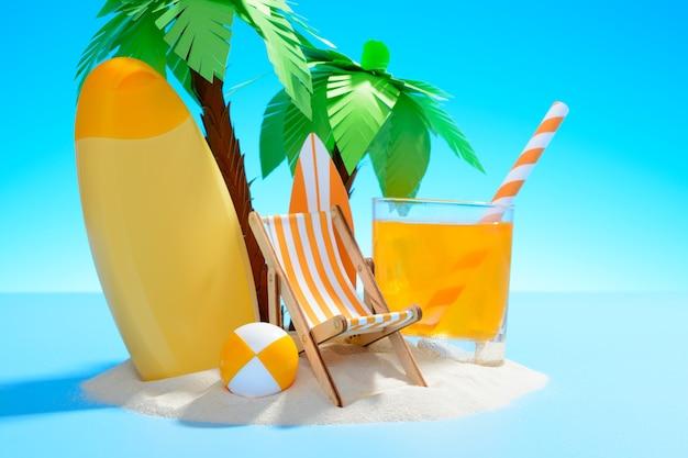 Blick auf die sonnige sandinsel mit palmen, sonnenliege, surfbrett, orangensaft, ball und sonnencreme