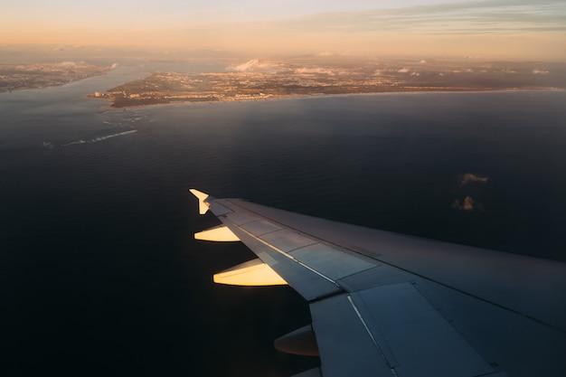 Blick auf die stadt am fluss von einem landeflugzeug aus dem fenster