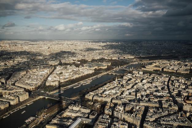 Blick auf die stadt paris von der höhe des eiffelturms.