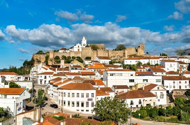 Blick auf die stadt penela in portugal
