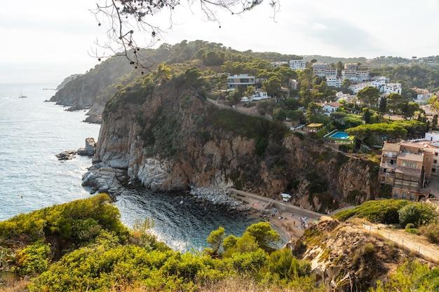 Blick auf die stadt tossa de mar im sommer von der burg, girona an der costa brava von katalonien im mittelmeer
