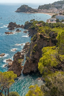 Blick auf die stadt tossa de mar von oben vom aussichtspunkt, girona an der costa brava von katalonien im mittelmeer