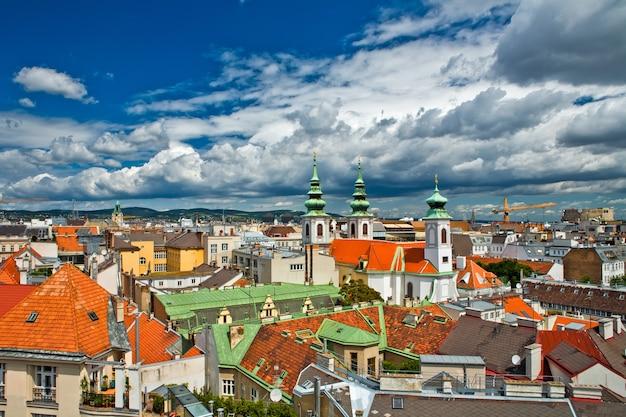 Blick auf die stadt wien von den dächern in österreich
