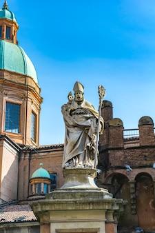 Blick auf die statue des heiligen petronius in bologna, italien