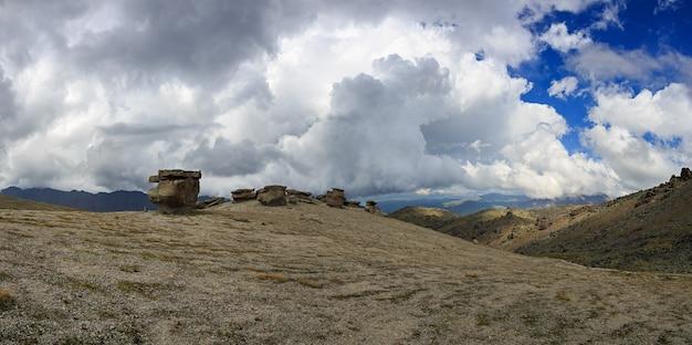 Blick auf die steinpilze des elbrus am nordhang des berges. fotografiert im kaukasus, russland.