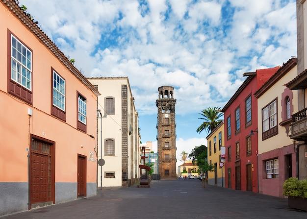 Blick auf die straße der altstadt von la laguna, teneriffa, spanien