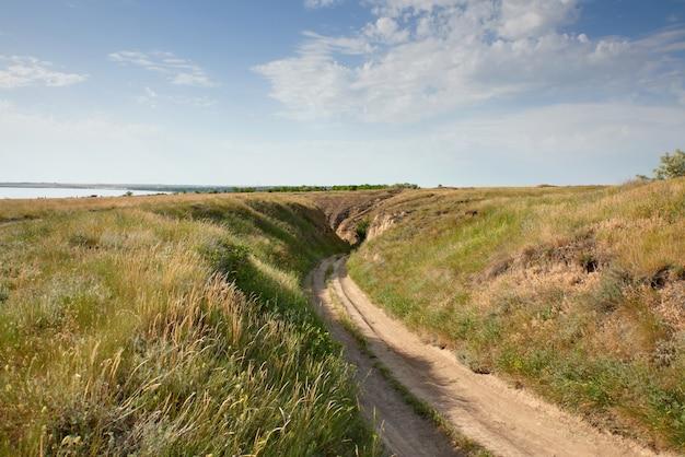 Blick auf die straße zum stanislavsky-landschaftsschutzgebiet am rande des dorfes stanislav belozersky