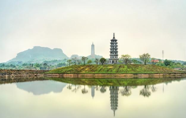 Blick auf die tempelanlage bai dinh in trang an landschaftlich reizvoller gegend in vietnam