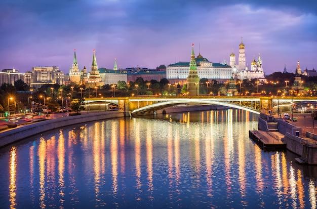 Blick auf die türme, tempel des moskauer kremls am frühen rosa morgen