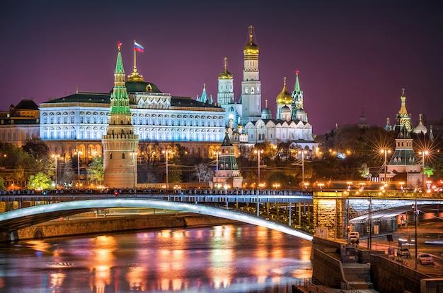 Blick auf die türme, tempel des moskauer kremls und die bolschoi-kamenny-brücke