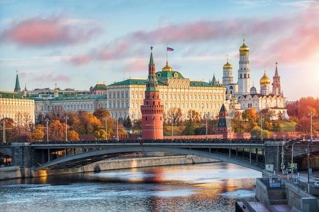 Blick auf die türme, tempel des moskauer kremls und die festliche flagge
