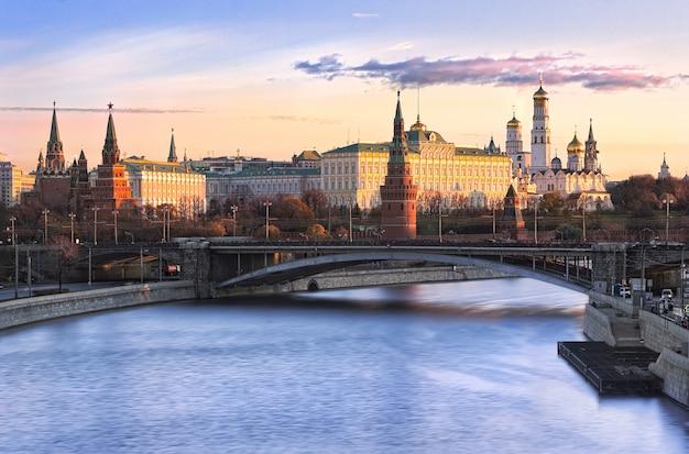 Blick auf die türme und tempel des moskauer kremls und die bolschoi-kamenny-brücke