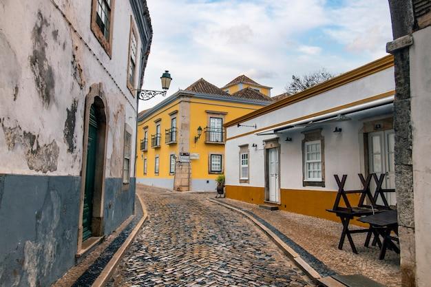 Blick auf die typischen straßen der altstadt in der stadt faro in portugal.