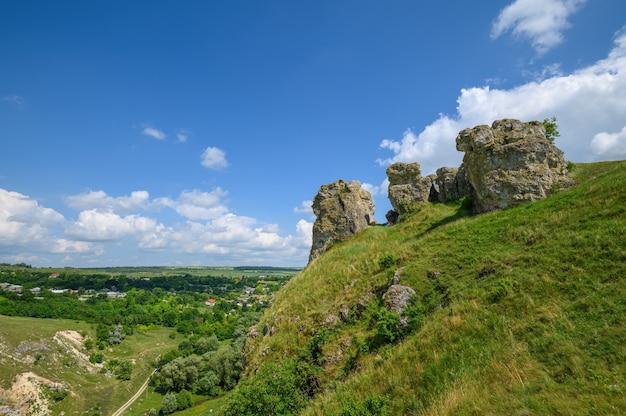 Blick auf die überreste von kalksteinfelsen im norden von moldawien