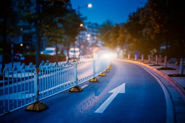 Blick auf die verkehrsstraße in der nacht