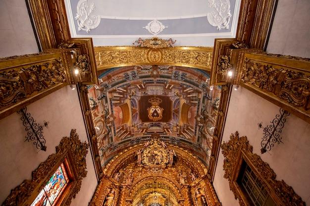 Blick auf die wahrzeichen der kirche von carmo in faro, portugal.