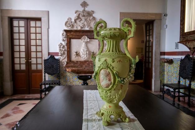 Blick auf die wahrzeichen der kirche von carmo innendetails und objekte in faro, portugal.