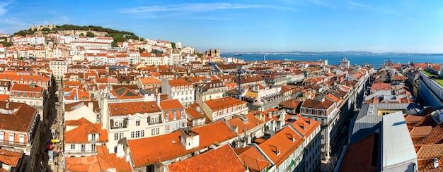 Blick auf die wunderschöne innenstadt von lissabon mit dem wahrzeichen der burg von sao jorge auf dem hügel.