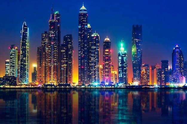 Blick auf dubai bei nacht, vae Premium Fotos