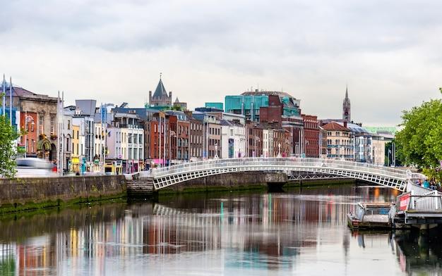 Blick auf dublin mit der ha'penny bridge - irland