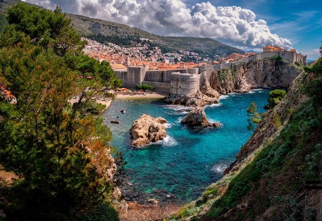 Blick auf dubrovnik und das adria-meer in kroatien
