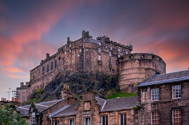 Blick auf edinburgh castle vom heriot-platz während des sonnenuntergangs