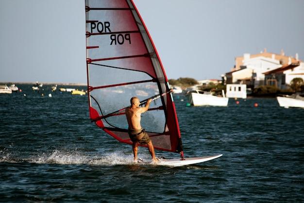 Blick auf ein geschicktes windsurfen an den gewässern der algarve.
