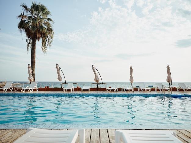 Blick auf ein schönes hotel mit palmen am meer
